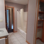 1,400 sq ft, 3 bedroom townhouse - Guest bathroom