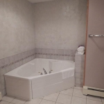 1,400 sq ft, 3 bedroom townhouse - Bathroom tub