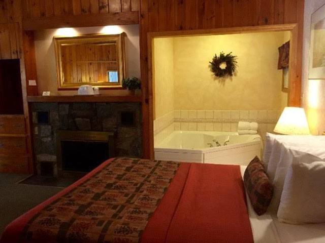 Queen Jacuzzi room with fireplace